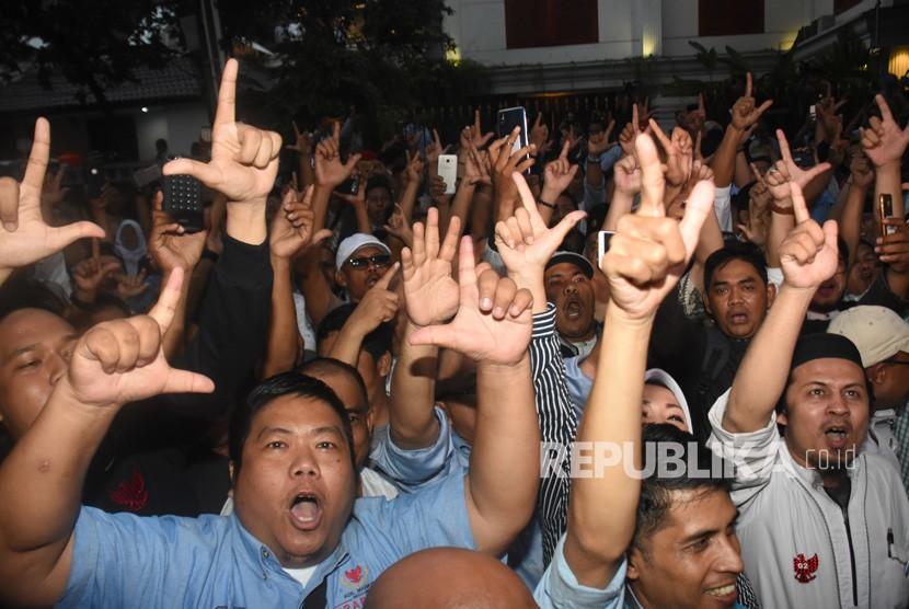 Pendukung pasangan Capres-Cawapres nomor urut 02 Prabowo Subianto-Sandiaga Uno meluapkan kegembiraannya seusai deklarasi kemenangan Pilpres 2019 di kediaman Prabowo, di Kertanegara, Jakarta, Kamis (18/4/2019).