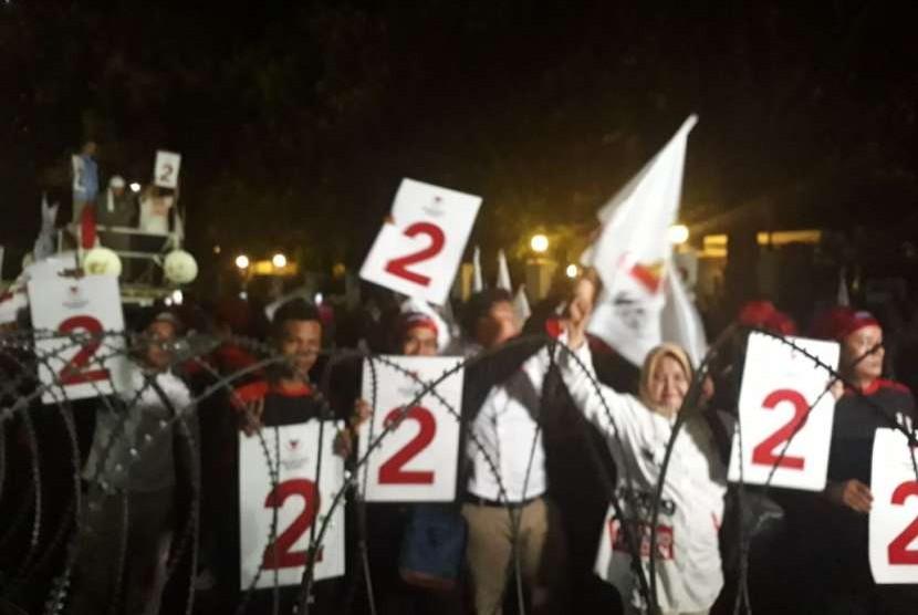 Pendukung pasangan capres cawapres Prabowo Subianto dan Sandiaga Salahuddin Uno mengangkat papan bertuliskan angka 2 setelah diumumkan nomor urut di Kantor KPU, Jakarta, Jumat, (21/9).