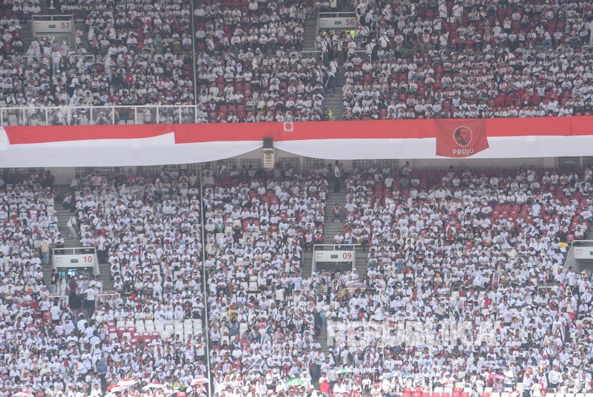 Pendukung pasangan Capres dan Cawapres nomor urut 01, Joko Widodo (Jokowi)-Ma'ruf Amin mengikuti Konser Putih Bersatu dalam rangka kampanye akbar pasangan pasangan tersebut di Gelora Bung Karno (GBK), Jakarta, Sabtu (13/4/2019).
