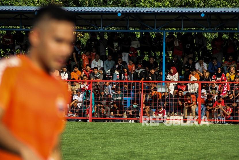 Pendukung Persija atau The Jakmania memadati tribun untuk menyaksikan kesebelasan Persija Jakarta menjalani latihan perdana jelang pertandingan musim 2019 di Lapangan Aldiron, Jakarta, Senin (7/1/2019).