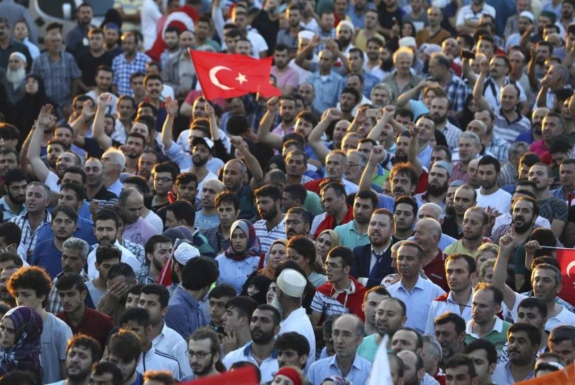 Pendukung Presiden Turki Erdogan bersorak di Bandara Ataturk, Istanbul, Sabtu (16/7).