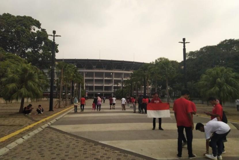 Pendukung timnas Indonesia mulai berdatangan di GBK jelang laga Indonesia vs Vanuatu, Sabtu (15/6).