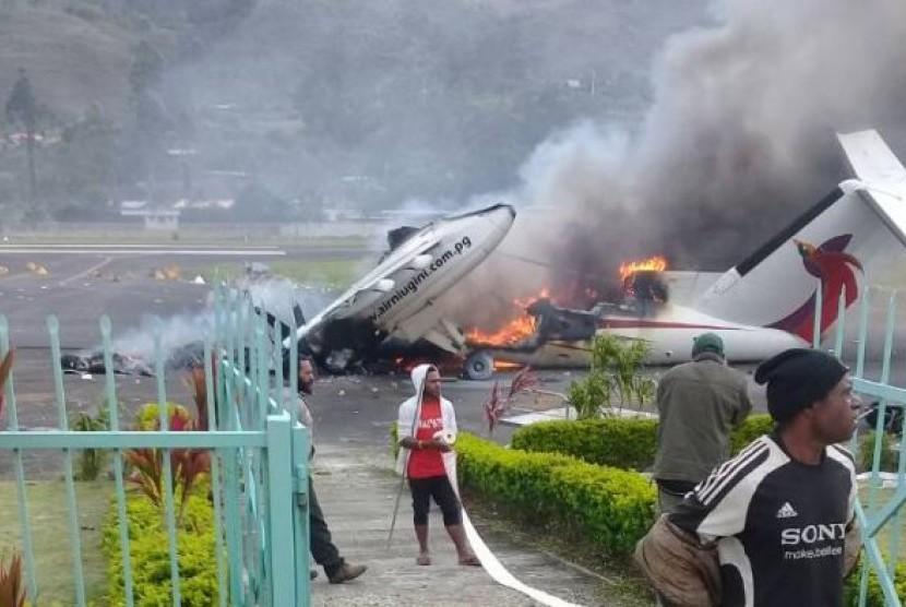 Pendukung yang marah dari kandidat yang kalah membakar pesawat penumpang di Dataran Tinggi Papua Nugini.