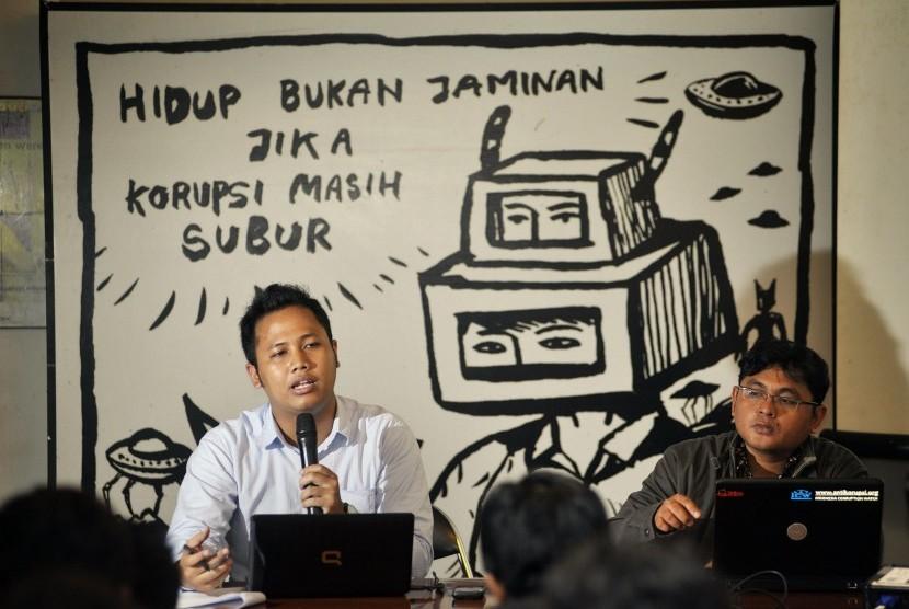 Peneliti Indonesian Corruption Watch (ICW) Tama S Langkun (kiri) bersama Koordinator bidang Investigasi dan Publikasi Agus Sunaryanto (kanan)