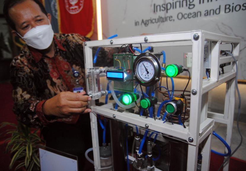 Peneliti IPB University Aris Purwanto menekan tombol Oksigen Konsentrator di Kampus IPB Dramaga, Kabupaten Bogor, Jawa Barat, Senin (27/9/2021).IPB University bekerjasama dengan BPI-BRIN mengembangkan inovasi alat bantu pernapasan Oksigen Konsentrator OxIL yang menggunakan material lokal yang dikemas dengan teknologi instrumentasi dan kontrol dari BPI-BRIN dan dapat diproduksi dengan biaya murah serta dapat dipergunakan secara personal