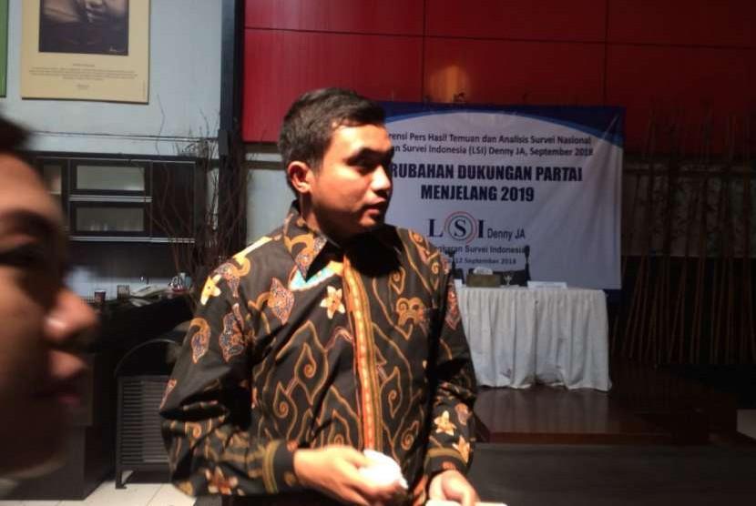 Peneliti LSI Adjie Alfaraby menyampaikan survei Berubahnya Dukungan Partai Politik Menjelang 2019 di Kantor LSI, Jakarta Timur, Rabu (12/9).