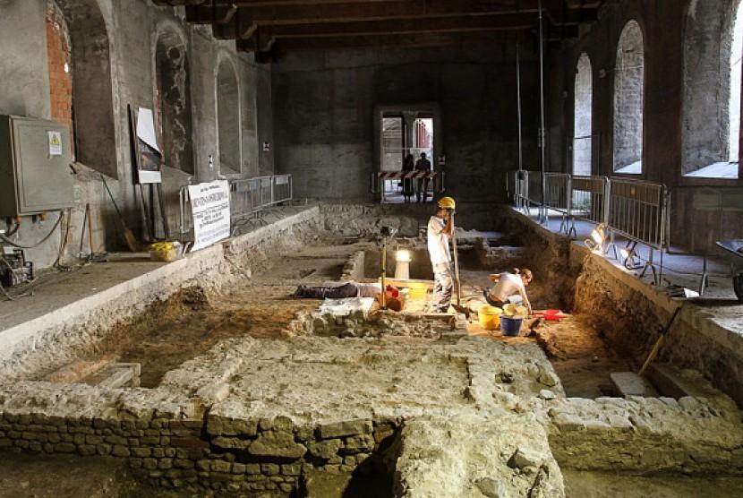 Peneliti membongkar makam di gereja Saint Ursula untuk mengetahui siapa sosok Monalisa sebenarnya dalam lukisan Da Vinci.