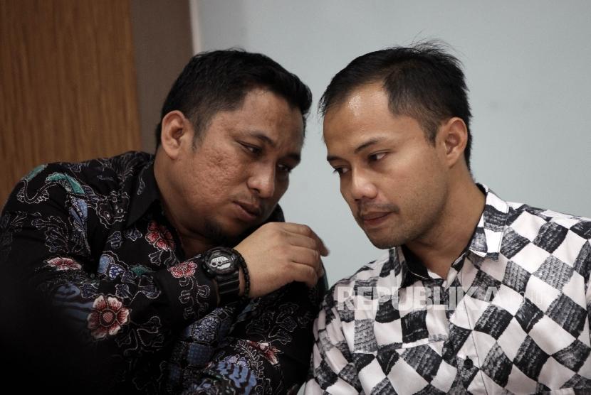 Peneliti Pusat Studi Konstitusi (PUSaKO) Fakultas Hukum Universitas Andalas Feri Amsari (kiri) berbincang bersama Koordinator Divisi Korupsi Politik Indonesian Corruption Watch (ICW) Donal Fariz.