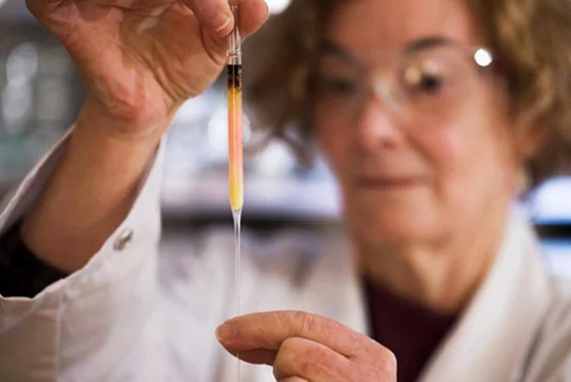 Peneliti sedang mengekstrak warna.