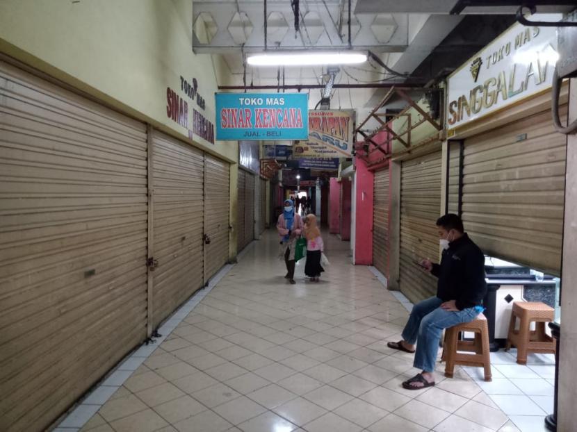 Pasar tradisional di Cianjur. Satuan Polisi PP Cianjur, Jawa Barat, memberikan sanksi teguran bukan sanksi denda terhadap 2.321 pelanggar, empat orang di antaranya merupakan pedagang yang tidak mematuhi aturan selama penerapan PPKM Level 3.