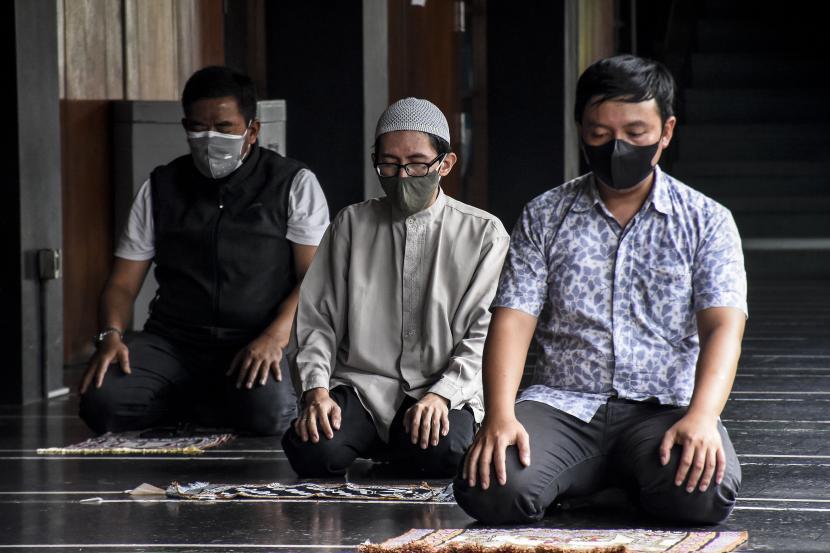 MUI Jateng Imbau Masyarakat Zona Merah Beribadah di Rumah. Penerapan protokol kesehatan saat beribadah di masjid. Ilustrasi