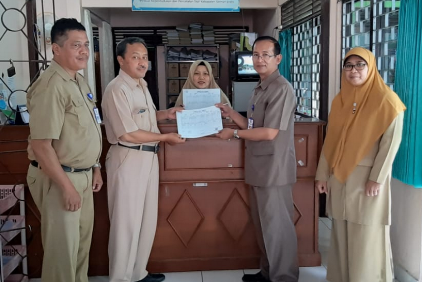 Penerapan Tanda Tangan Elektronik (TTE) dalam dokumen kependudukan yang dilakukan Disdukcapil Kabupaten Sleman, Senin (29/4).