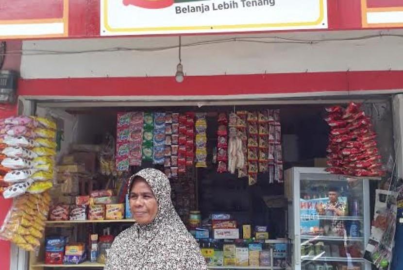 Penerima manfaat pemberdayaan ekonomi BAZNAS, Ninhadir (43 tahun) di depan warungnya, Z Mart Jl. RH Panji 2 RT 01 RW 04 Kampung Masjid Bojong Gede, Kabupaten Bogor.