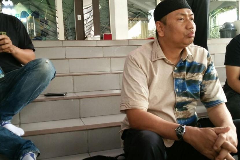 Pengacara Habib Rizieq Kapitra Ampera memberikan keterangan pers, Rabu (18/7) di Masjid Alittihad, Tebet Jakarta Selatan, terkait kabar pencalegan di DPR oleh PDIP daerah pemilihan Sumatera Barat