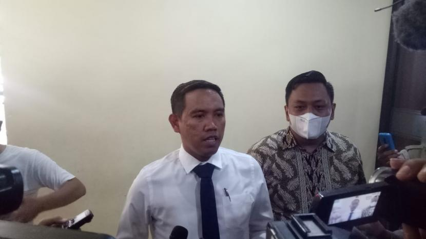 Pengacara Marzuki Alie, Rusdiansyah (kemeja putih) melaporkan ketua umum Partai Demokrat Agus Harimurti Yudhoyono (AHY) atas dugaan pencemaran nama baik ke Bareskrim Polri, Jakarta Selatan, Kamis (4/3).