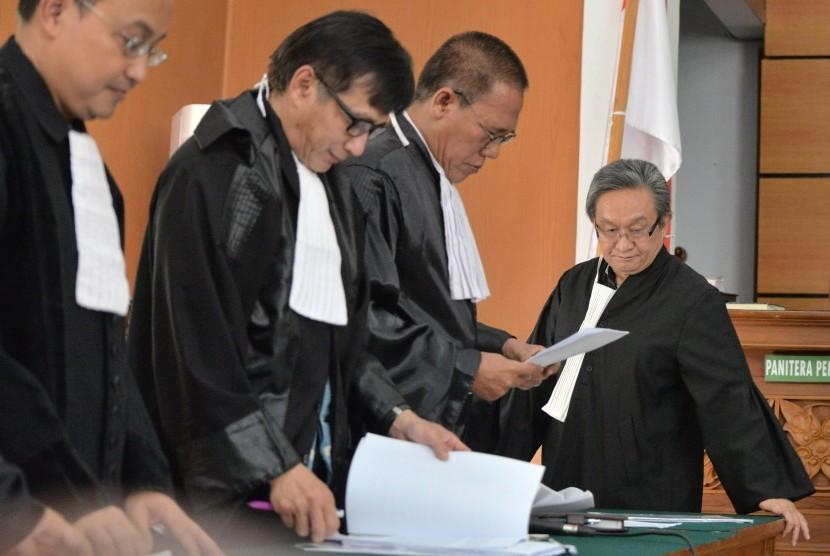 Pengacara Romahurmuziy, Maqdir Ismail (kanan) bersiap mengikuti sidang praperadilan di Pengadilan Negeri Jakarta Selatan, Jakarta, Senin (6/5/2019).