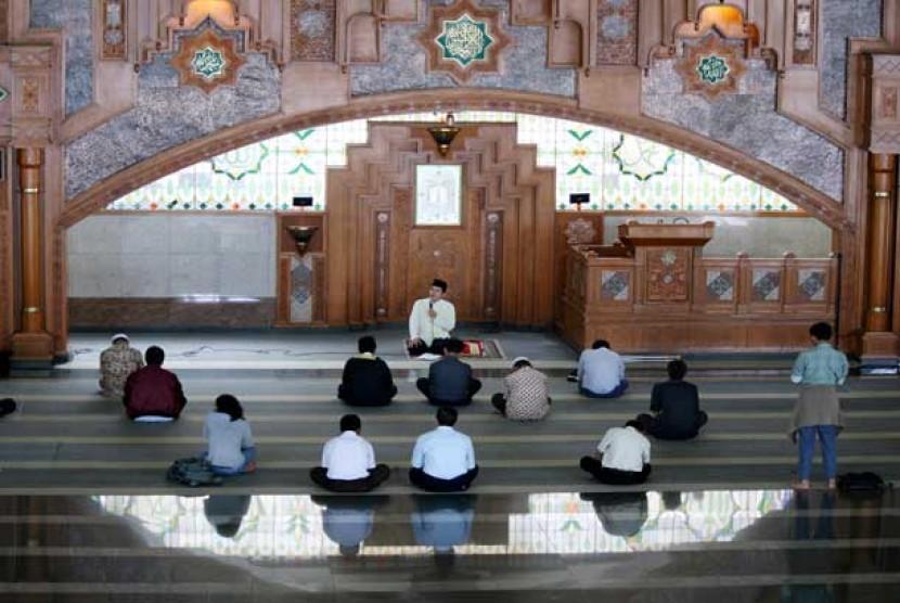 Pengajian di Masjid Pusdai, Bandung.