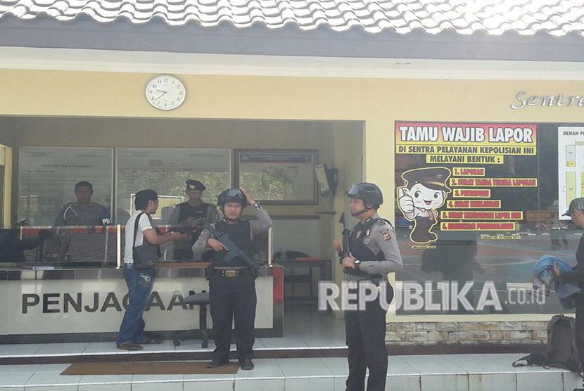 Pengamanan di Mapolres Indramayu diperketat, Senin  (14/5). Hal itu menyusul terjadinya teror bom di Mapolrestabes Surabaya.