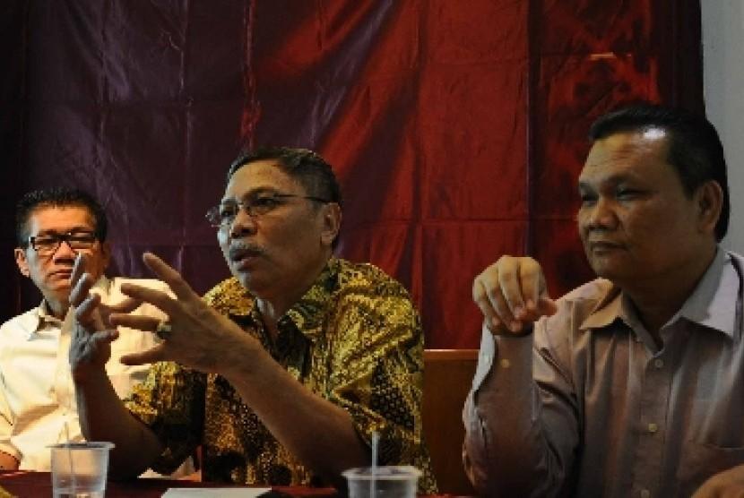 Pengamat komunikasi politik Emrus Sihombing (kanan) dalam diskusi di Jakarta, Jumat (14/11).