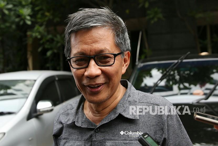 Pengamat politik Rocky Gerung menjawab pertanyaan wartawan saat memenuhi panggilan kepolisian di Mapolda Metro Jaya, Jakarta, Selasa (4/12/2018).