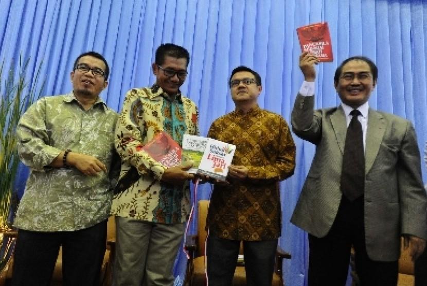 Pengamat politik Yudi Latif (kiri), Ketua Komisi II DPR Agun Gunanjar (kedua kiri), pengamat politik Firman Noor (tengah), mantan ketua MK Jimly Asshiddiqie (kedua kanan), mantan ketua KNPI Aulia Rahman (kanan) di komplek Parlemen Senayan, Jakarta, Rabu (2