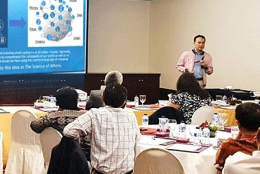 Pengamat Teknolog Spasial Dr A Istamar yang juga CEO PT Esri Indonesia saat memaparkan materi di Konferensi Teknologi Blockchain yang digelar di Jakarta, Jumat (24/02).
