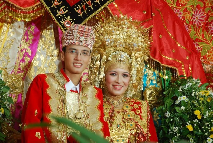Pengantin Minangkabau menggunakan suntiang (ilustrasi).