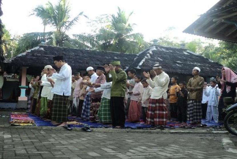 Penganut Islam Aboge saat shalat Id di Masjid Saka Tunggal Baitussalam Desa Cikakak, Kecamatan Wangon, Banyumas.
