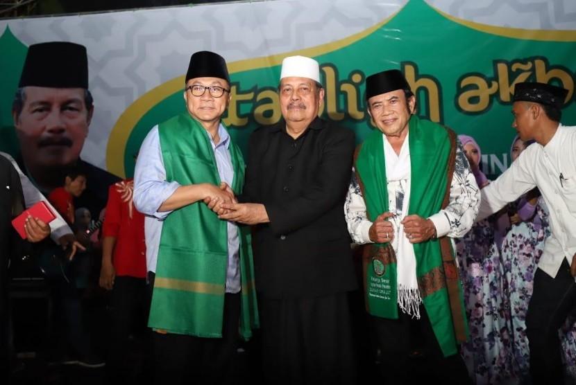 Pengasuh Pondok Pesantren Sunan Dradjat Lamongan KH Abdul Ghofur mengangkat Zulkifli Hasan dan Rhoma Irama sebagai Keluarga Besar Pesantren Sunan Dradjat, Senin (29/1).