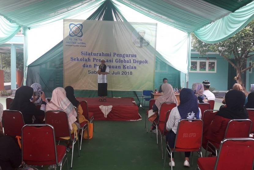 Pengawas Sekolah Prestasi Global, Abi Maky memberikan pembekalan kepada para orang tua murid.