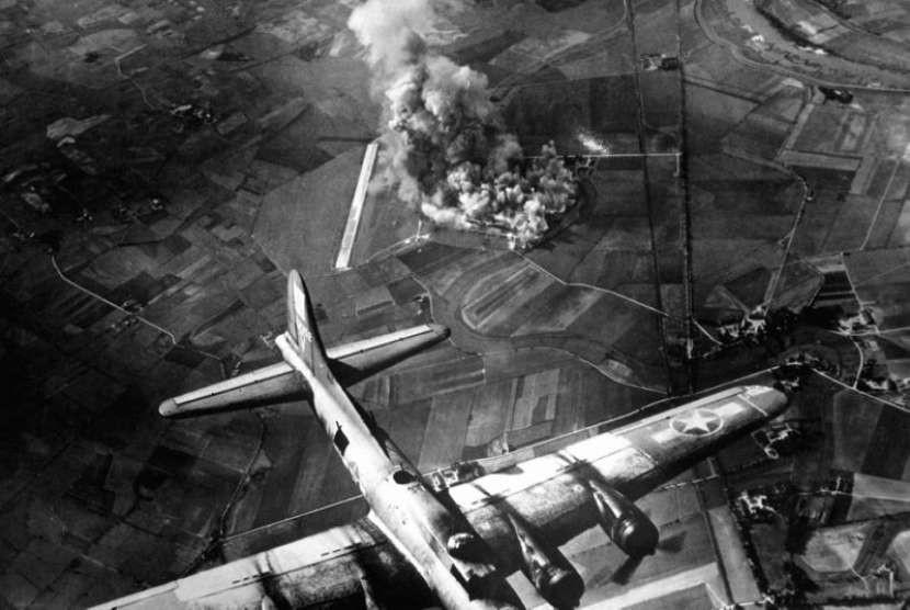 Pengeboman dari udara saat Perang Dunia II.