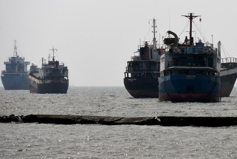 Pengembangan Industri Galangan Kapal-Sejumlah kapal menunggu proses bongkar muat di Kawasan Pelabuhan Sunda Kelapa, Jakarta, Selasa (30/6).