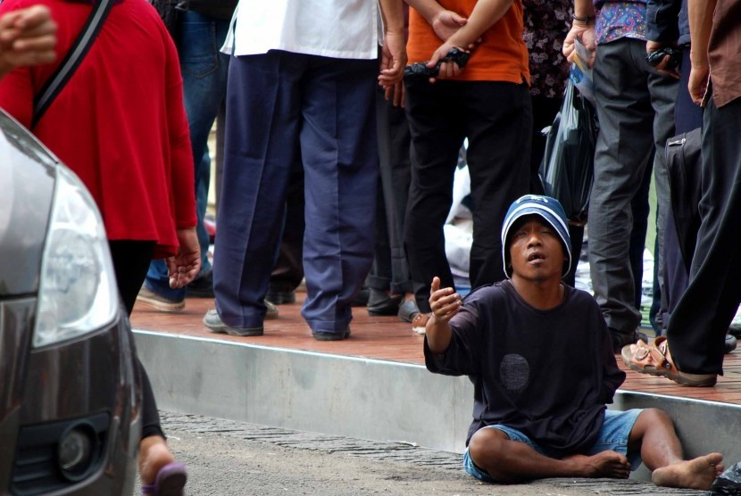 Pengemis di sudut jalan Jakarta.