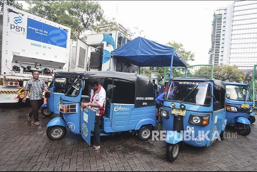 Pengemudi bajaj BBG mengantre mengisi gas di SPBG kawasan Monas, Jakarta, Rabu (18/4). PT Pertamina (Persero) dan PT Perusahaan Gas Negara Tbk (PGAS) atau PGN resmi tergabung dalam Holding Badan Usaha Milik Negara (BUMN) Migas.