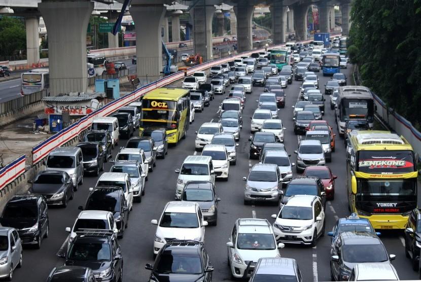 Pengendara kendaraan bermotor memadati ruas jalan Tol Jakarta-Cikampek arah Jakarta KM 12 di Bekasi, Jawa Barat, Selasa (1/1/2019).