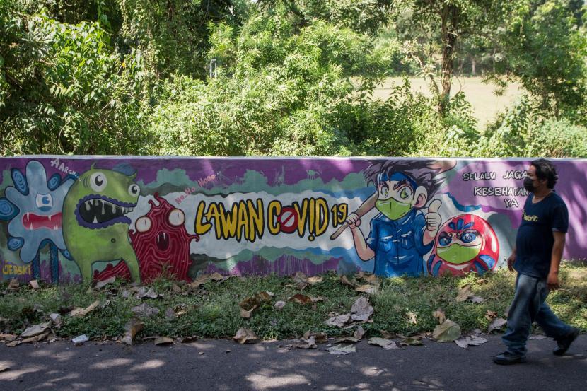 [Mural bertema Lawan COVID-19 di Solo, Jawa Tengah] Sejumlah pedagang bermobil masih nekat berjualan di Alun-Alun Solo di tengah larangan aktivitas tersebut oleh Pemerintah Kota Surakarta menyusul ditemukannya kasus positif COVID-19 dari beberapa penjual.