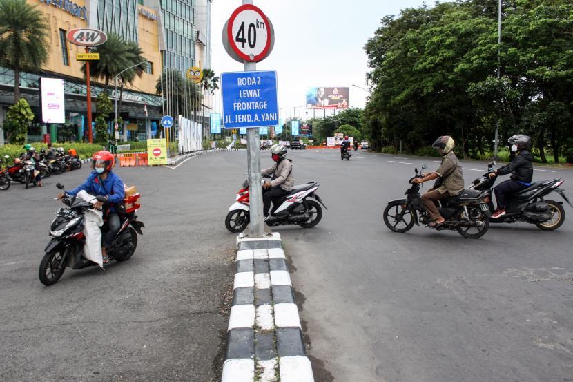 Pengendara melintas di jalan alternatif di kawasan Bunderan Cito, Surabaya, Jawa Timur, Jumat (9/7/2021). Pemberlakuan Pembatasan Kegiatan Masyarakat (PPKM) Darurat di sejumlah ruas jalan utama membuat pengendara masuk ke jalan alternatif untuk bisa ke Kota Surabaya.