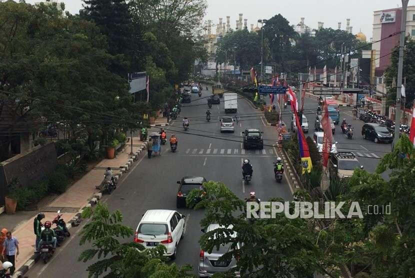 Pengendara melintas di Jalan Margonda Raya, Rabu (8/8). Pemkot Depok saat ini tengah mengkaji penerapan sistem ganjil genap di Jalan Raya Margonda.