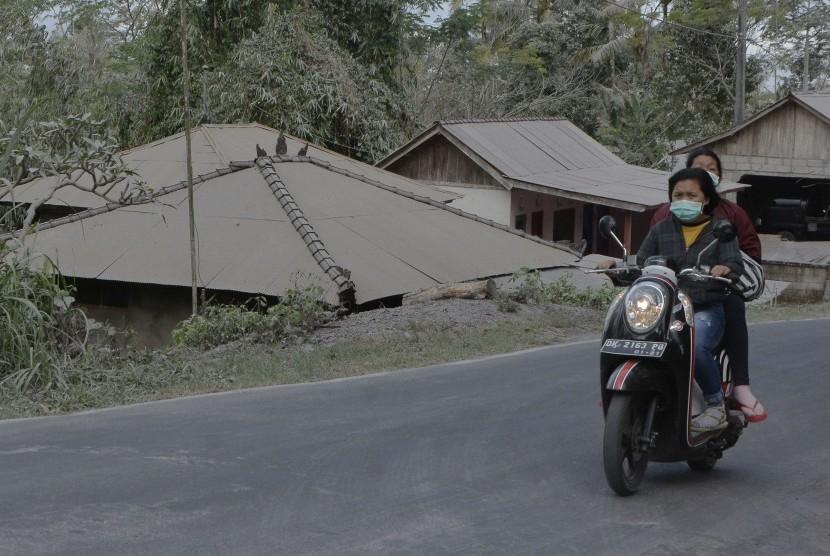 Pengendara melintas di wilayah yang terpapar abu vulkanis Gunung Agung di Desa Suter, Bangli, Bali, Selasa (3/7).