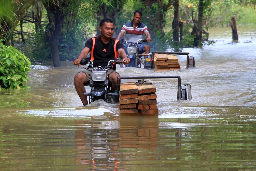 Brimob Polda Aceh Evakuasi Korban Banjir Di Aceh Selatan Republika Online