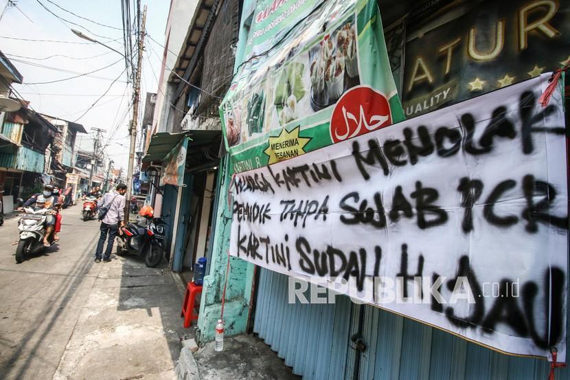 Pengendara melintasi spanduk peringatan untuk pemudik di kawasan Sawah Besar, Jakarta, Ahad (16/5/2021). Spanduk tersebut untuk memperingati warga yang kembali dari mudik agar membawa surat bebas COVID-19.