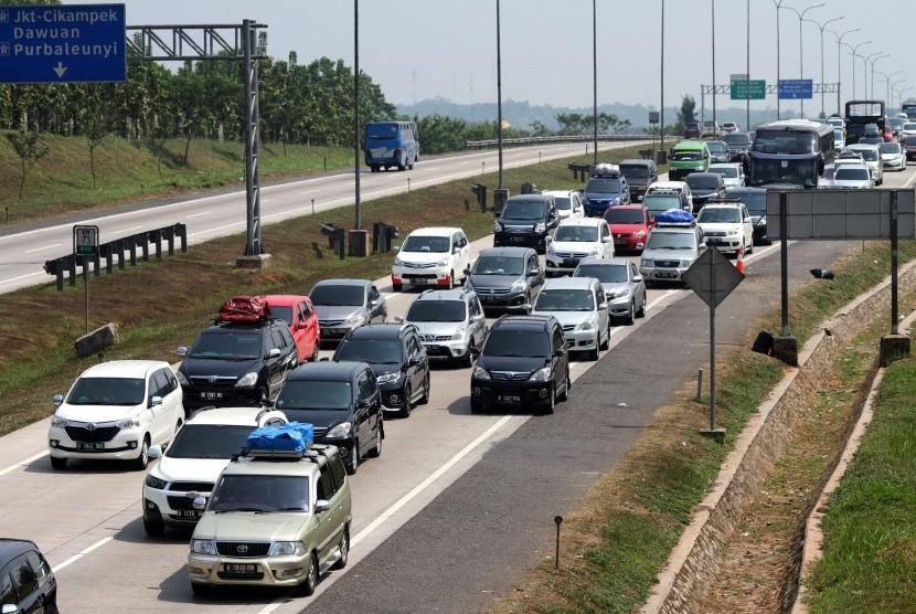 Pengendara memperlambat laju kendaraannya saat melintasi ruas jalan Tol Cipali-Palimanan (Cipali), di Purwakarta, Jawa Barat, Rabu (13/6).