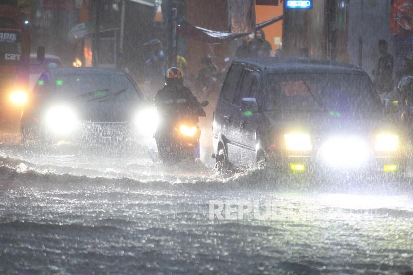 Pengendara melintasi genangan air banjir di Indramayu (Ilustrasi).