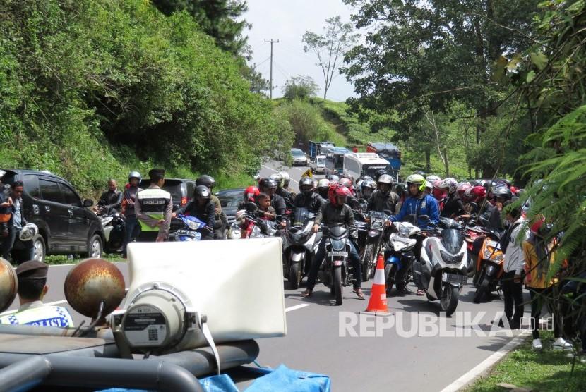Pengendara menunggu olah TKP selesai di lokasi kecelakaan bus di Tanjakan Emen, Kecamatan Ciater, Kabupaten Subang, Ahad (11/2).