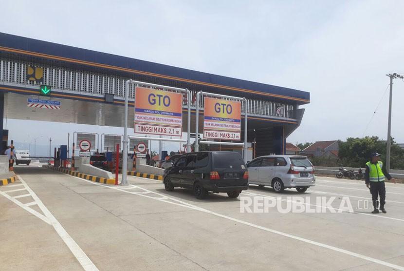 Pengendara Mobil antusias menggunakan tol Soreang-Pasirkoja (Soroja), Selasa (5/12). Hingga pukul 10.00 WIB total dari dua jalur sudah mencapai 700 kendaraan yang melintas.