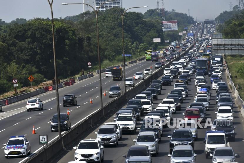 Pengendara mobil melewati jalur contraflow menuju Jakarta di Jalan Tol Jakarta-Cikampek KM 47, Karawang, Jawa Barat, Selasa (19/6).
