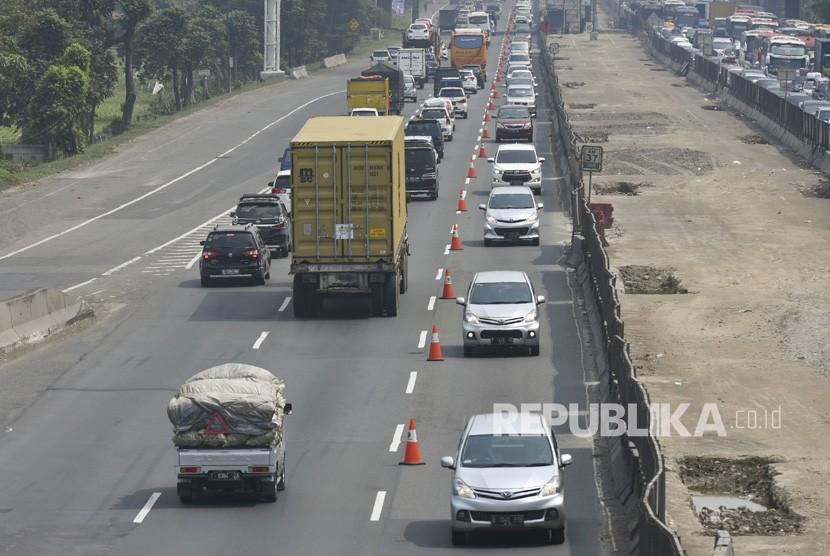 Pengendara mobil melintas di jalur Contraflow ke arah Cikampek di ruas Tol Jakarta-Cikampek KM 37, Cikarang, Bekasi, Jawa Barat, Ahad (10/6).