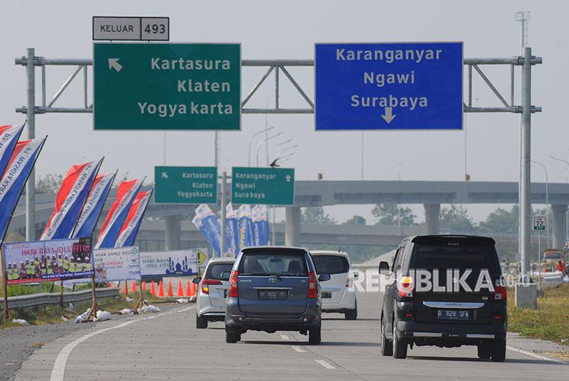 Pengendara mobil melintasi jalan tol fungsional Salatiga-Solo di Banyudono, Boyolali, Jawa Tengah, Jumat (8/6).