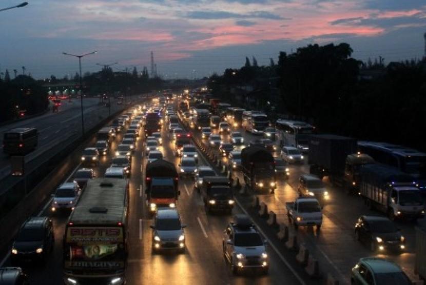 Pengendara mobil melintasi ruas jalan Tol Jakarta-Cikampek. (Ilustrasi)
