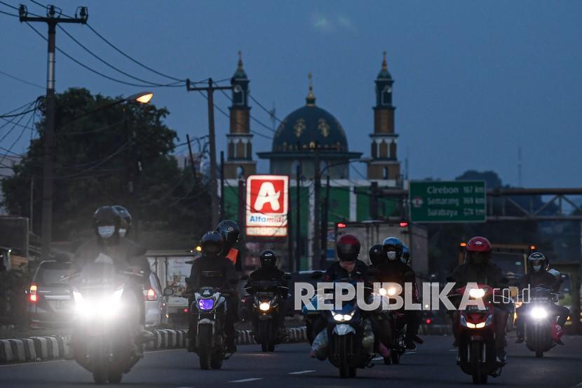 Juru Bicara Kementerian Komunikasi dan Informatika Dedy Permadi mengatakan hampir seluruh wilayah di DKI Jakarta, Jawa Barat, dan Banten mengalami penurunan mobilitas masyarakat. (Foto ilustrasi: Pengendara motor di Karawang, Jawa Barat)